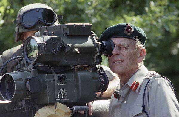 El príncipe Felipe mira a través de la mira de un lanzador de misiles TOW, el 15 de mayo de 1991 en la Base de Marines de Quantico en Virginia. - Sputnik Mundo