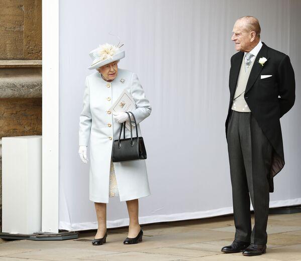 La reina Isabel II y el príncipe Felipe esperan la llegada en carruaje en la boda de su nieta, la princesa Eugenia de York, y Jack Brooksbank, el 12 de octubre de 2018. - Sputnik Mundo
