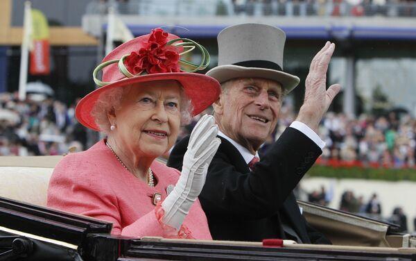 La reina Isabel y el príncipe Felipe en carruaje durante la reunión de carreras de caballos Royal Ascot en Ascot, Reino Unido, el 16 de junio de 2011. - Sputnik Mundo