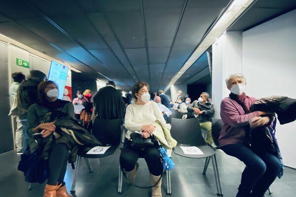 Madrileños esperan dentro del WiZink Center para ser vacunados con la AstraZeneca - Sputnik Mundo