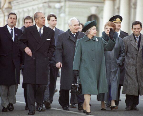 La reina Isabel II y el príncipe Felipe en San Petersburgo, durante su visita oficial a Rusia en 1994. - Sputnik Mundo
