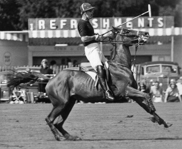 El príncipe Felipe durante un partido de polo en Windsor (20 de junio de 1965). - Sputnik Mundo