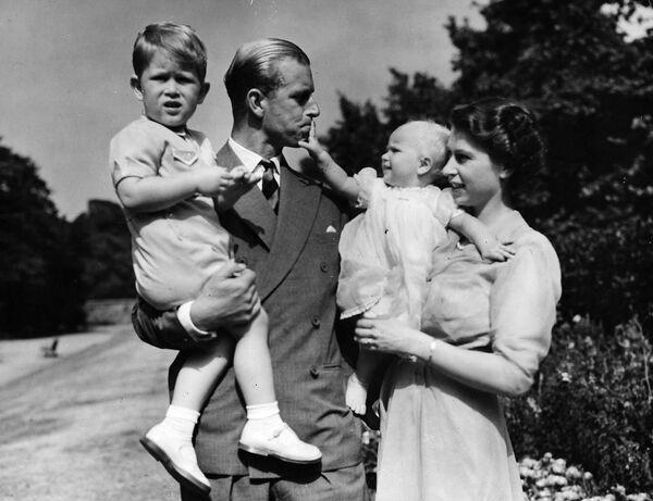 La princesa Isabel, junto a su marido el príncipe Felipe, el duque de Edimburgo, y sus hijos el príncipe Carlos y la princesa Ana (agosto de 1951). - Sputnik Mundo