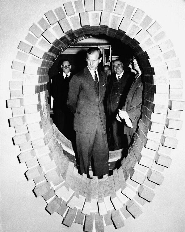 El príncipe Felipe en una exposición de pipas de alcantarilla en Londres (25 de julio de 1955).  - Sputnik Mundo