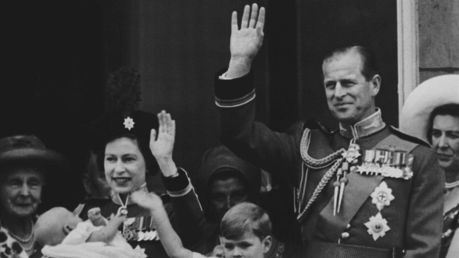 La reina Isabel II junto al príncipe Felipe de Edimburgo en 1964 - Sputnik Mundo, 1920, 09.04.2021