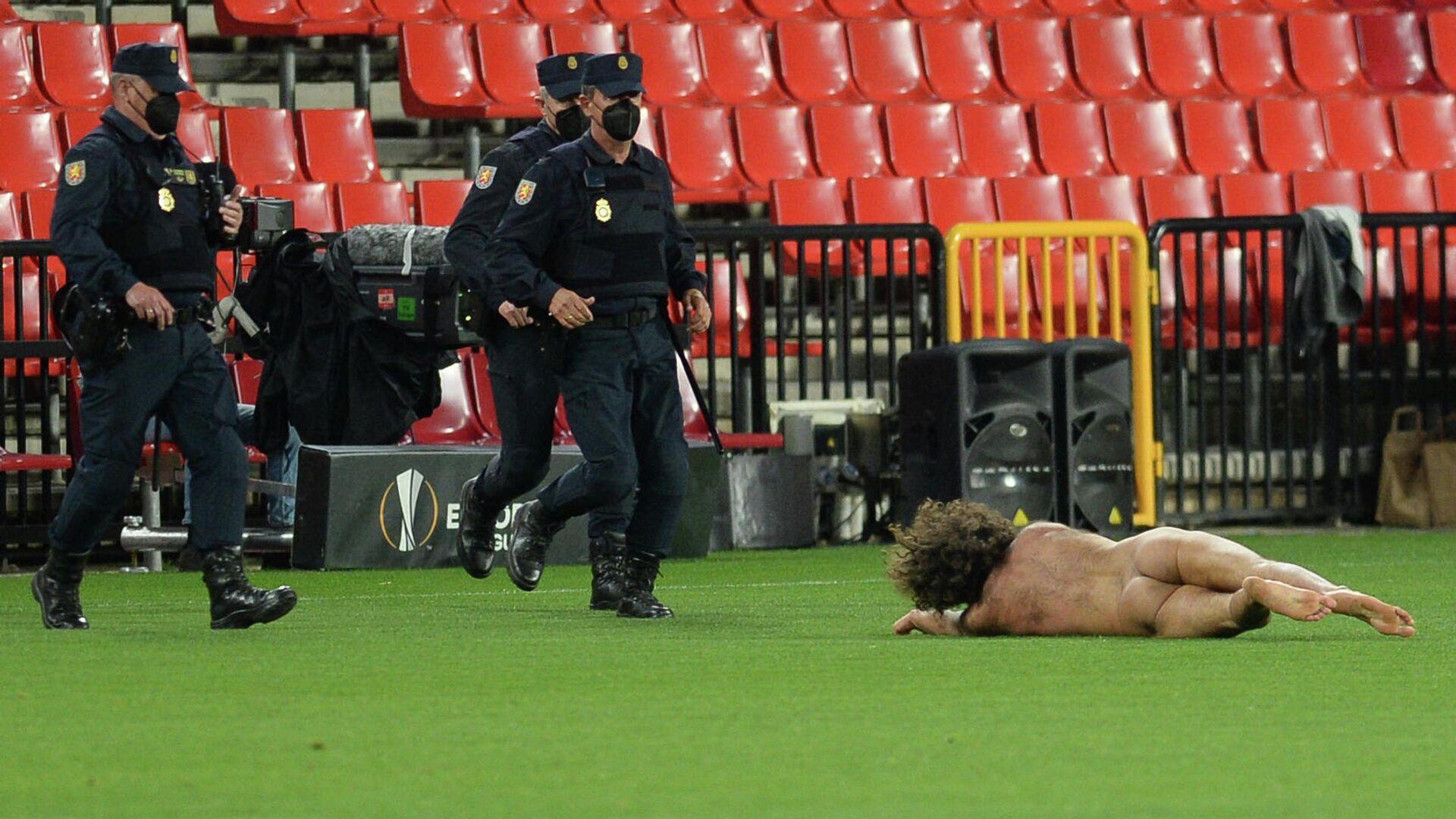 Espontáneo desnudo durante el Granada C.F.-Manchester United - Sputnik Mundo, 1920, 09.04.2021