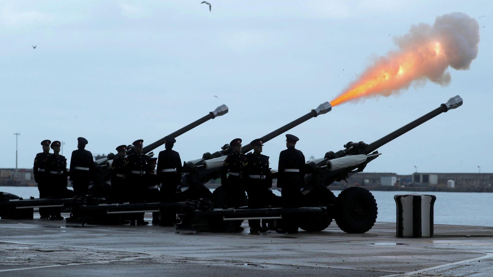 Miembros del Regimiento Real de Gibraltar disparan un saludo de 41 cañones para conmemorar la muerte del príncipe Felipe - Sputnik Mundo, 1920, 10.04.2021