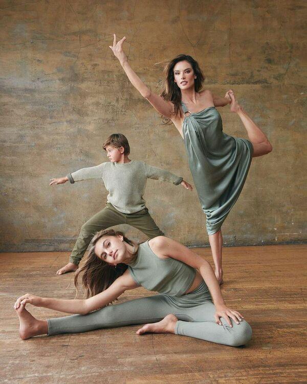 Alessandra Ambrosio junto a sus hijos Anja y Noah Phoenix. - Sputnik Mundo