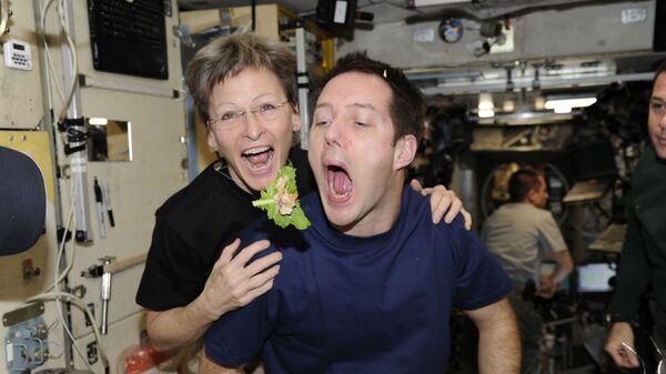 Французский астронавт Тома Песке и астронавт НАСА Пегги Уитсон на борту МКС - Sputnik Mundo