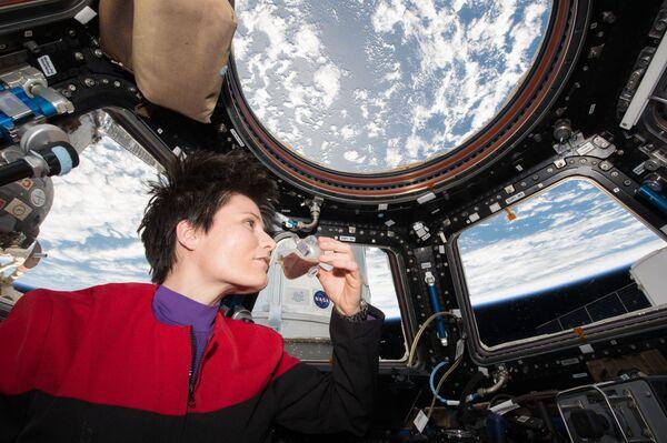 Samantha Cristoforetti toma su café en la cúpula de la EEI con vistas a la Tierra. - Sputnik Mundo