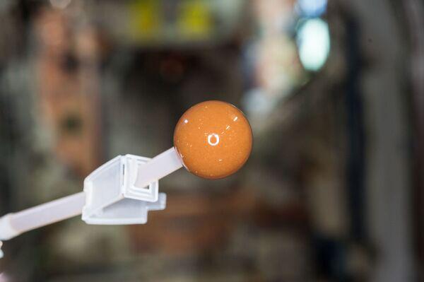 """El agua residual reciclada y convertida en el café a bordo de la EEI. El astronauta de la NASA Scott Kelly tuiteó esta imagen de parte del innovador dispositivo con este comentario: """"¡Reciclar el bien hasta la última gota! Hacer potable el pis y convertirlo en café en la estación espacial.""""  - Sputnik Mundo"""