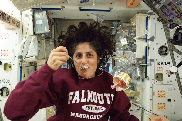 La astronauta estadounidense Sunita Williams come helado a bordo de la EEI.  - Sputnik Mundo