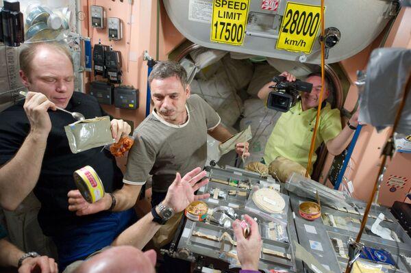 Miembros de la Expedición 23 (Oleg Kotov, Mijaíl Kornienko y Alexandr Skvortsov) durante el almuerzo.  - Sputnik Mundo
