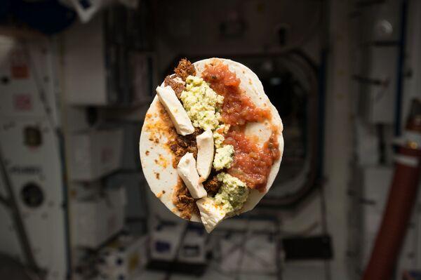 """Desayuno del astronauta estadounidense Timothy Lennart Kopra. Así lo describió en su cuenta de Twitter: """"Taco de desayuno en la EEI: frijoles refritos, cerdo desmenuzado, queso Monterey Jack, huevos y salsa en una tortilla. Genial...""""  - Sputnik Mundo"""