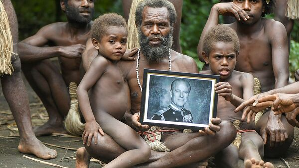 Глава племени Yakel с портретом принца Филиппа в Вануату - Sputnik Mundo
