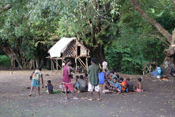 Los devotos del príncipe Felipe se reúnen en la aldea de Yaohnanen, en la isla Tanna, en Vanuatu, tras anunciarse la muerte del duque a los 99 años el 10 de abril de 2021.  - Sputnik Mundo