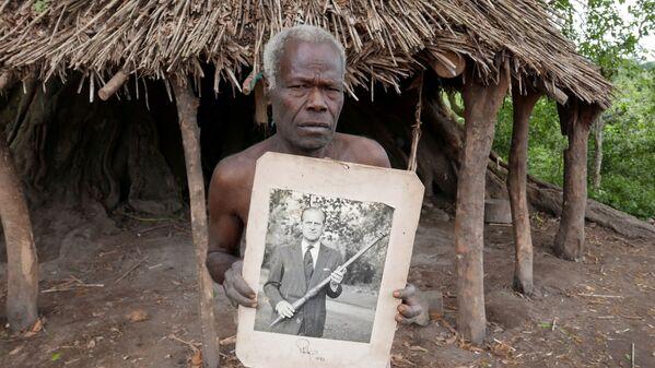 Un miembro de la tribu de la isla de Tanna sostiene una foto del príncipe Felipe en Yaohnanen, Vanuatu, el 6 de mayo de 2017.  - Sputnik Mundo