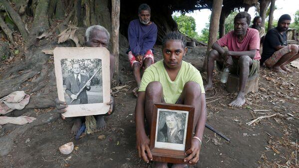 Unos aldeanos de la isla de Tanna sostienen las fotos del fallecido príncipe Felipe en Yaohnanen el 6 de mayo de 2017.  - Sputnik Mundo