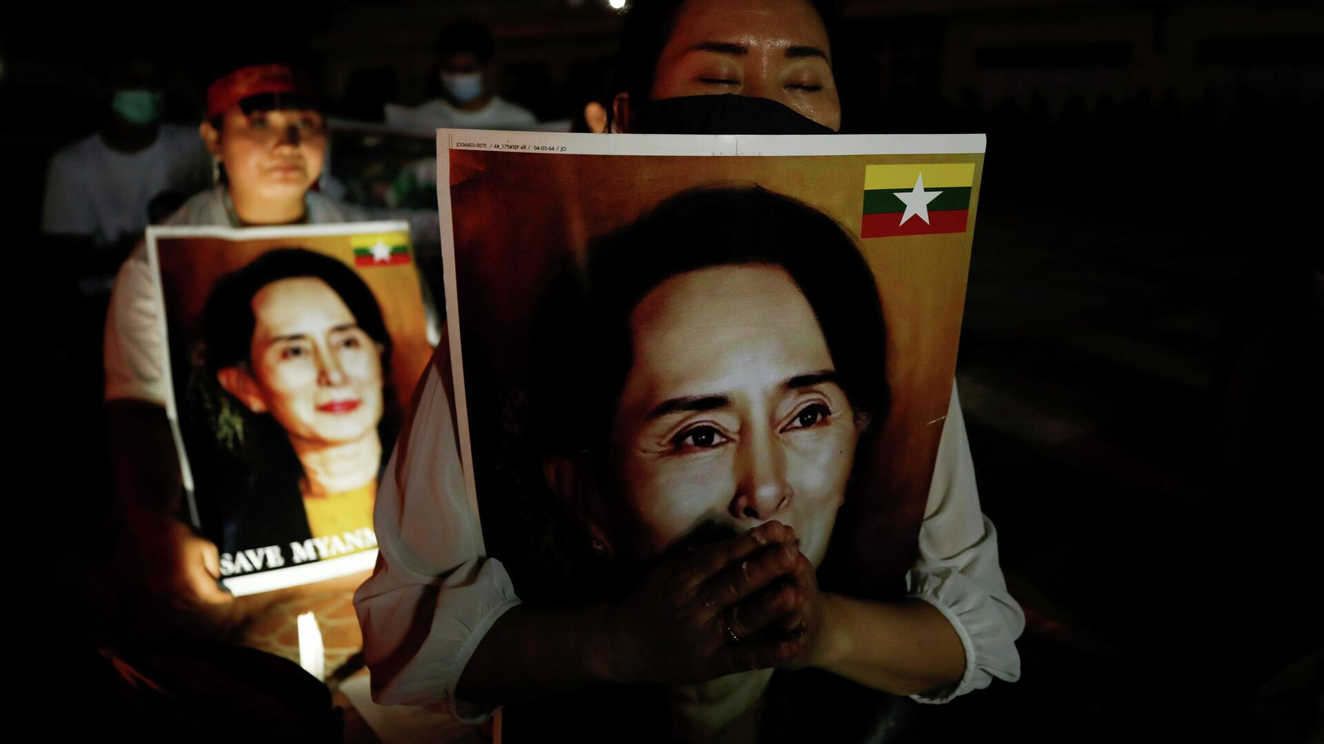 Personas con retratos de Aung San Suu Kyi - Sputnik Mundo, 1920, 12.04.2021