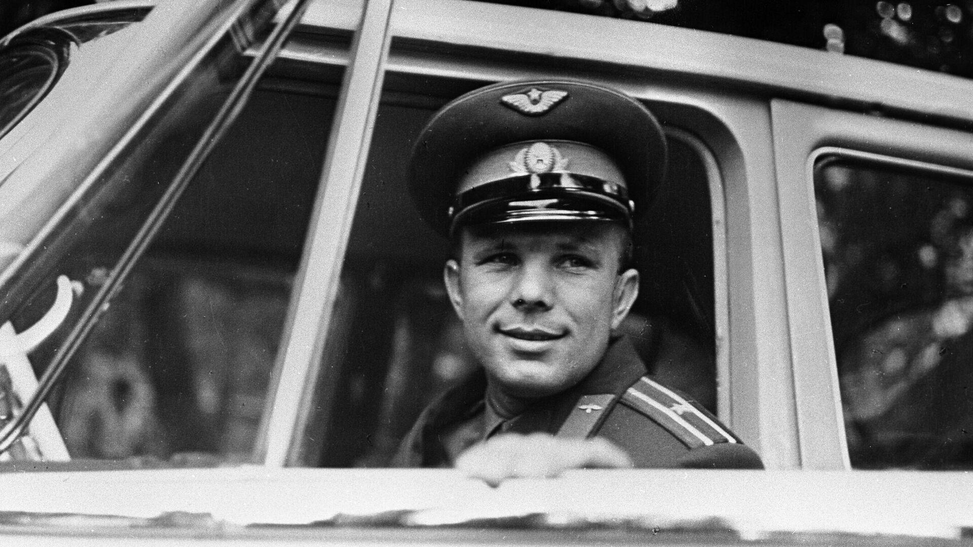 El cosmonauta Yuri Gagarin al volante de un automóvil - Sputnik Mundo, 1920, 12.04.2021