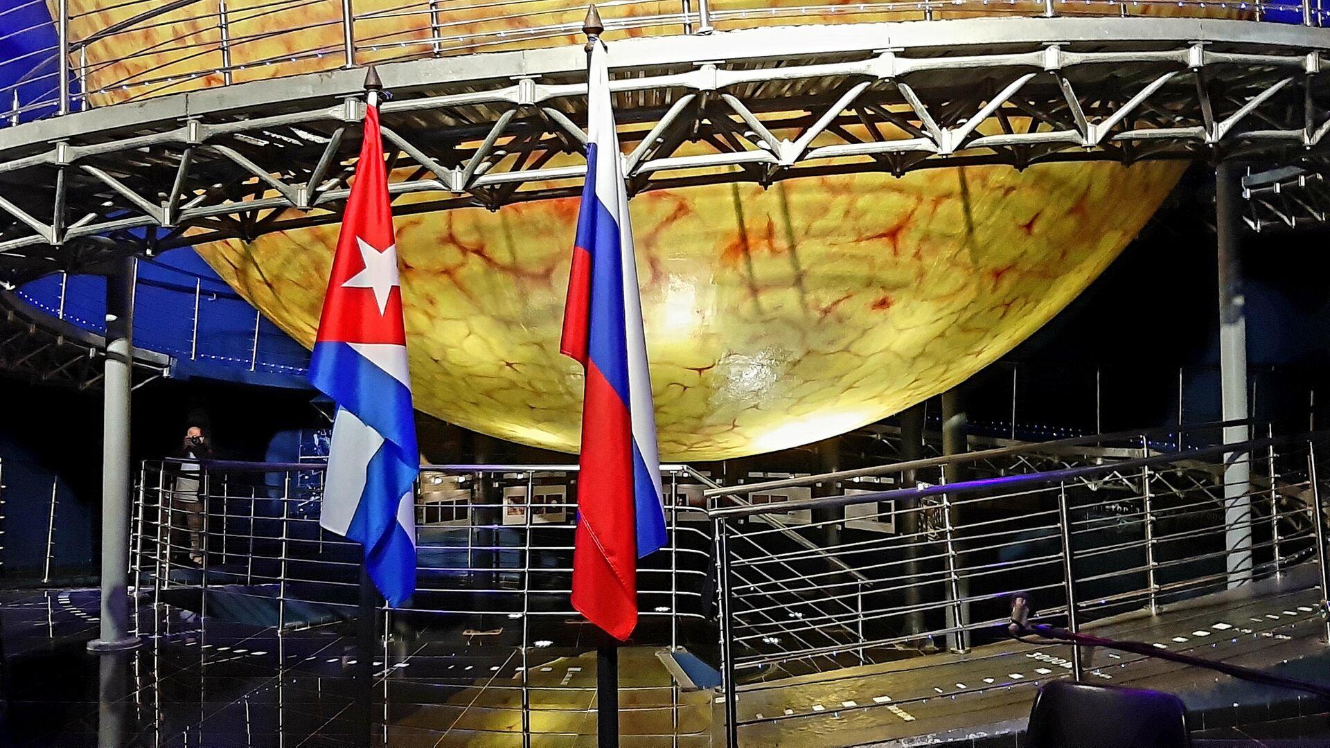 Banderas de Cuba y Rusia durante la inauguración de la exposición Nuestro Gagarin - Sputnik Mundo, 1920, 12.04.2021
