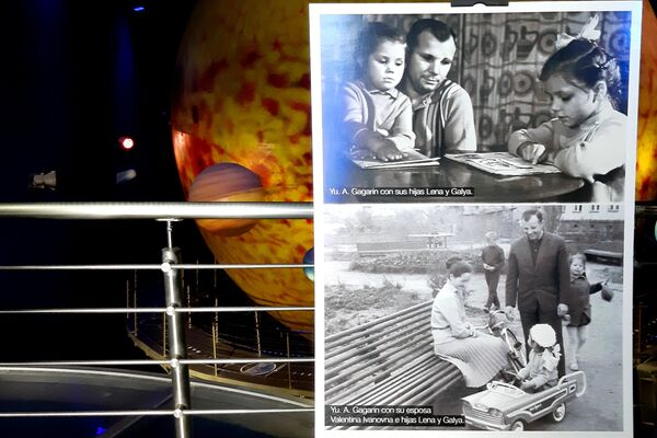 Fotografías de Yuri Gagarin en la muestra Nuestro Gagrin, en el Planetario de La Habana - Sputnik Mundo