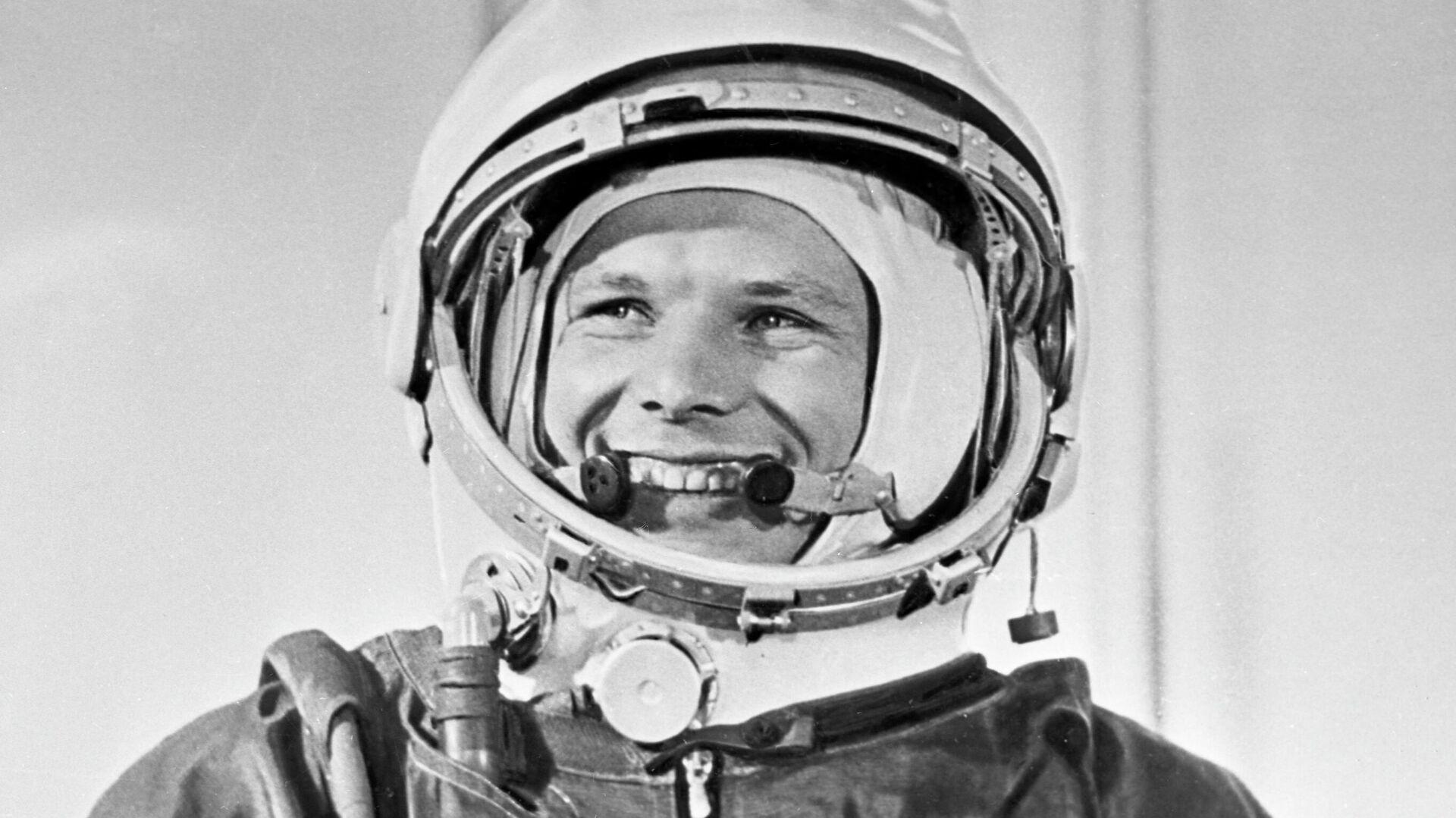 El cosmonauta soviético Yuri Gagarin con su traje espacial antes del histórico lanzamiento de la nave espacial Vostok-1 desde el cosmódromo de Baikonur el 12 de abril de 1961 - Sputnik Mundo, 1920, 13.04.2021