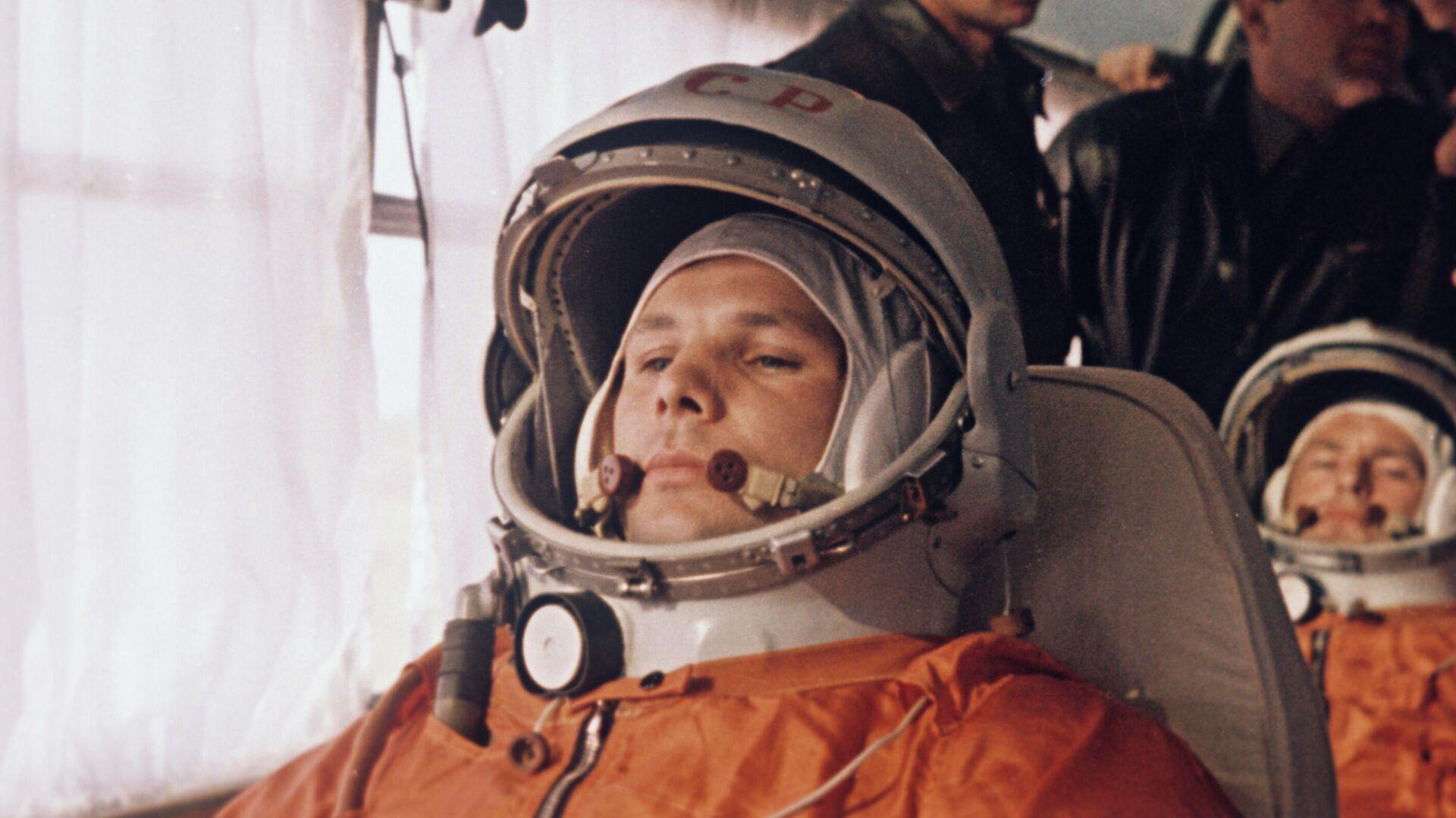 Yuri Gagarin, su doble Guerman Titov y sus compañeros del primer grupo de cosmonautas en un autobús que se dirige a la plataforma de lanzamiento en el cosmódromo de Baikonur - Sputnik Mundo, 1920, 13.04.2021