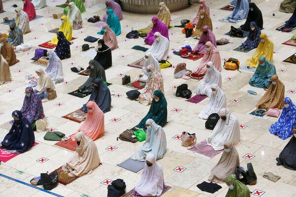 El Ramadán es el noveno mes sagrado del calendario islámico marcado por la luna nueva. Es muy venerado entre los musulmanes que creen que en el mes de Ramadán los versos de Corán fueron revelados por primera vez al profeta Mahoma que se encontraba meditando en la cueva Hira en las afueras de La Meca.En la foto: unas mujeres musulmanas en vísperas del Ramadán en la mezquita Istiqlal de Yakarta, Indonesia. - Sputnik Mundo