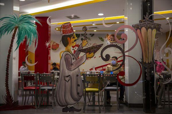 El Ramadán comienza 11 días antes cada año debido a que el calendario lunar es 11 días más corto que en el calendario gregoriano. Así, en 2021 el Ramadán comenzó al atardecer del 12 de abril. El primer día de ayuno inicia el 13 de abril y acaba el 12 de mayo.En la foto: un restaurante decorado para la celebración del Ramadán en Beirut, Líbano. - Sputnik Mundo