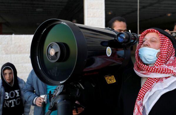 Además de las cinco oraciones habituales, cada noche de ayuno se realiza una oración adicional, llamada Tarawih.En la foto: un palestino mirando a la luna antes del inicio del Ramadán en la ciudad de Hebrón,Cisjordania. - Sputnik Mundo