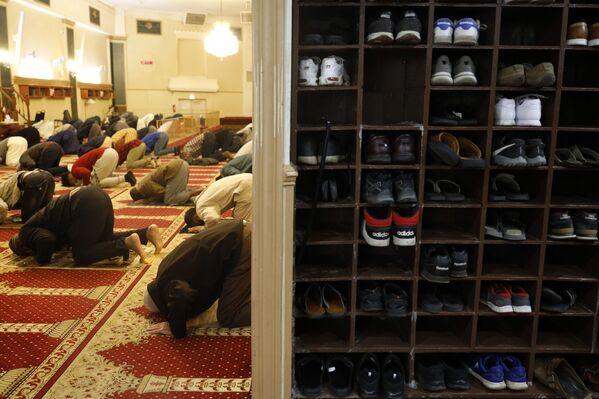 """Los últimos diez días del Ramadán se consideran los más importantes. En estos días, la mayoría de los hombres realizan el'I'tikaf'(el aislamiento espiritual), pasando todo el tiempo en la mezquita. En la noche 27 del mes de Ramadán se celebra el Laylat al-Qadr (la """"noche del poder"""" o """"la noche del destino""""), cuando Alá decide el destino de los creyentes. En 2021 su celebración será del 8 al 9 de mayo.En la foto: unos musulmanes rezan en la primera noche del mes del Ramadán en Chicago, EEUU. - Sputnik Mundo"""