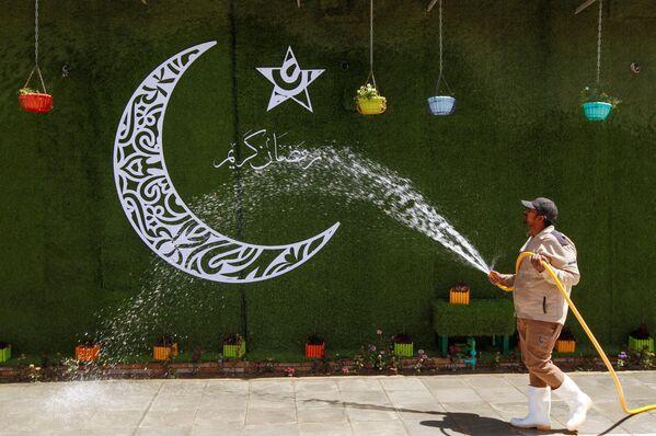 Durante el mes sagrado del Ramadán, la actividad comercial en los países musulmanes disminuye, se reducen los horarios laborales, crece el sentimiento religioso y toda la vida cotidiana se traslada a las horas nocturnas.En la foto: los últimos en vísperas del Ramadán en la ciudad de Nayaf, Irak. - Sputnik Mundo