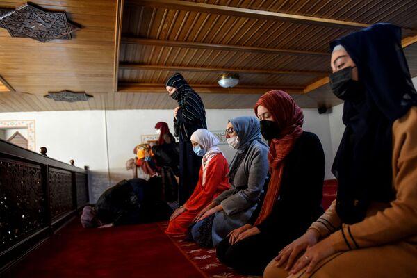 Unas mujeres musulmanas rezando la primera tarde del Ramadán en una mezquita de la capital montenegrina, Podgorica. - Sputnik Mundo