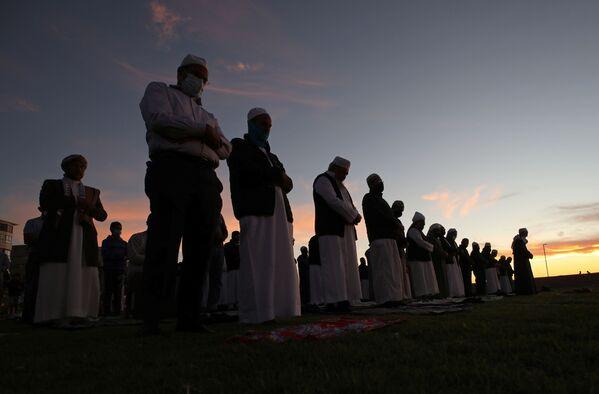 En 2021, debido a la situación epidemiológica, en la mayoría de los países está prohibido celebrar actos masivos. Las restricciones se aplican también a las mezquitas.En la foto: las vísperas del Ramadán en una de las calles de Dubai, EAU. - Sputnik Mundo