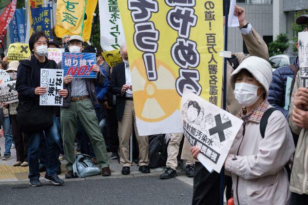 La decisión del Gobierno de Japón del 13 de abril de desechar al Pacífico el agua radiactiva de la central nuclear de Fukushima-1 causó revuelo entre los propios japoneses y en la comunidad internacional. China y Corea del Sur se oponen a esta decisión.En la foto: los manifestantes frente a la oficina del primer ministro en Tokio. - Sputnik Mundo