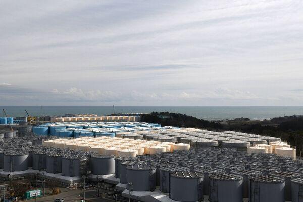 Se espera verter el agua en 2023. Dada la tasa actual de acumulación de agua en los depósitos de la central, todos los tanques disponibles quedarán desbordados hacia finales de 2022, lo que haría imposible mantenerlos seguros.En la foto: los depósitos con el agua contaminada de la central nuclear Fukushima-1 en Okuma, prefectura de Fukushima. - Sputnik Mundo
