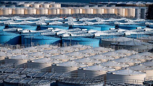 Резервуары для хранения загрязненной воды АЭС Фукусима - Sputnik Mundo