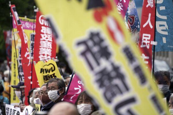 Según las estimaciones del operador de la central nuclear, la Compañía Eléctrica de Tokio (TEPCO), llevará 40 años paliar las consecuencias del desastre y desmantelar los reactores. En la foto: los manifestantes frente a la oficina del primer ministro en Tokio. - Sputnik Mundo