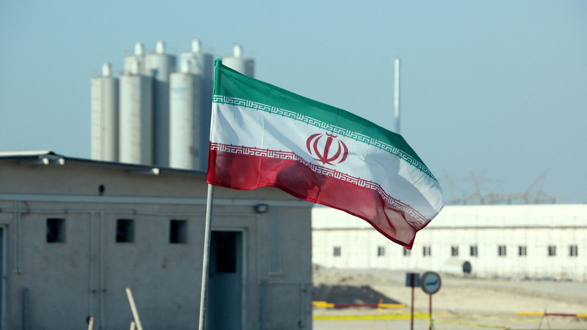 La bandera de Irán frente a una planta nuclear (archivo) - Sputnik Mundo, 1920, 13.04.2021
