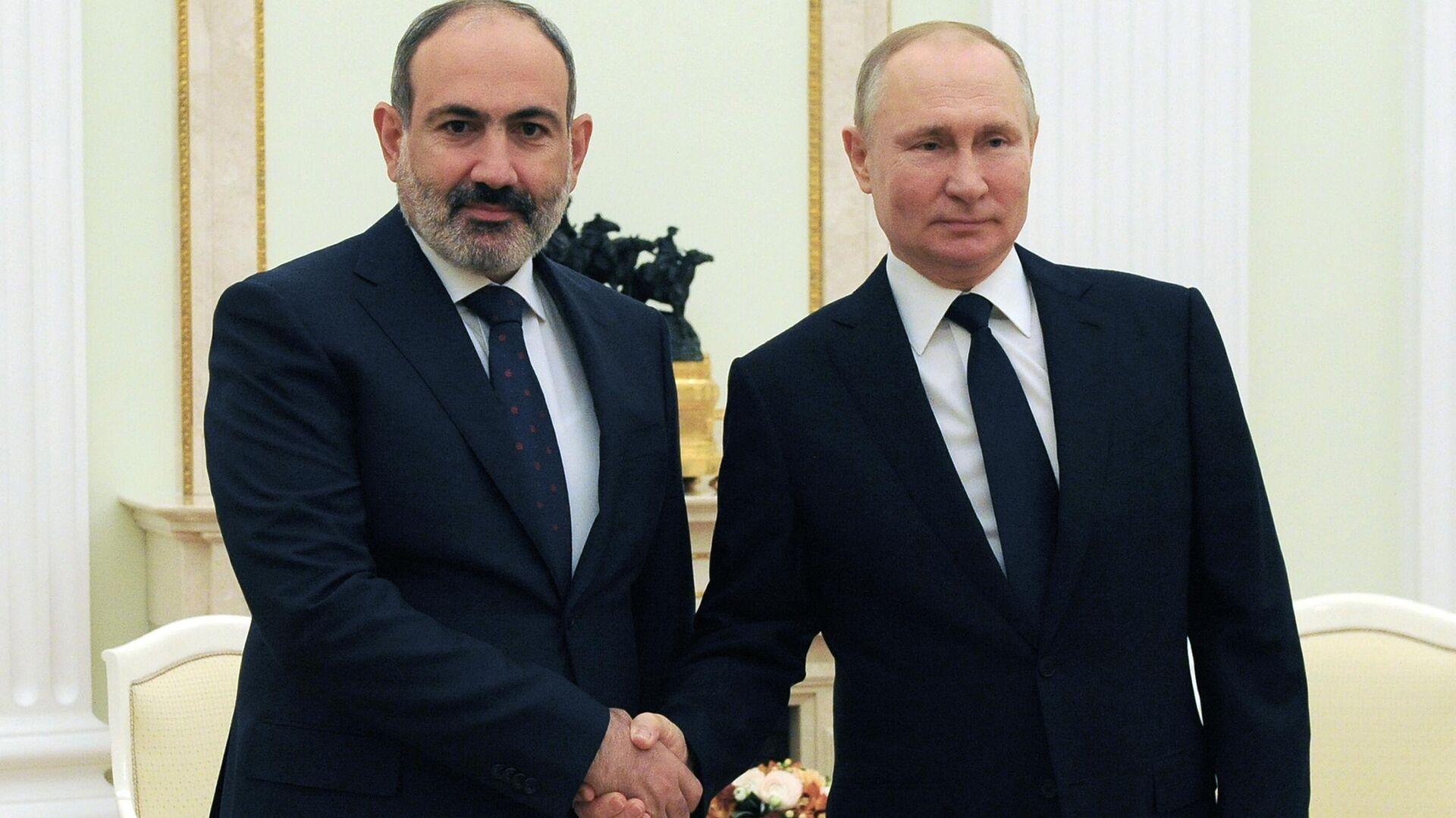 El primer ministro de Armenia, Nikol Pashinián, con el presidente de Rusia, Vladímir Putin (archivo) - Sputnik Mundo, 1920, 14.04.2021