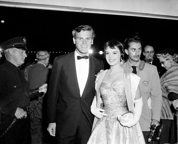 El actor Tab Hunter y la actriz Natalie Wood enlagala de los Premios Óscar, 1956 - Sputnik Mundo