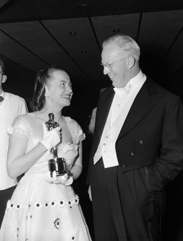 El gobernador de California, Earl Warren, felicita a la actriz Olivia De Havilland por su segundo Oscar, 1950 - Sputnik Mundo