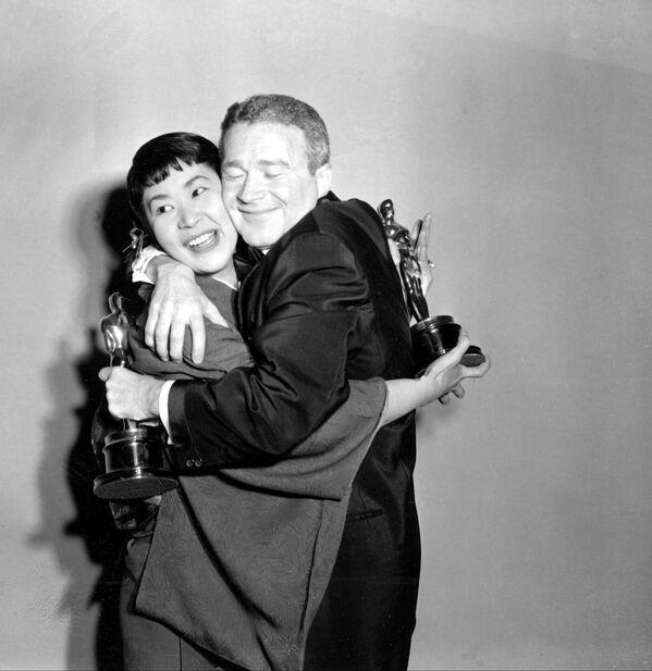 Miyoshi Umeki y Red Buttonsen en los Premios Oscar de 1958. Ganaron como la mejor actriz y actor de reparto de Sayonara - Sputnik Mundo