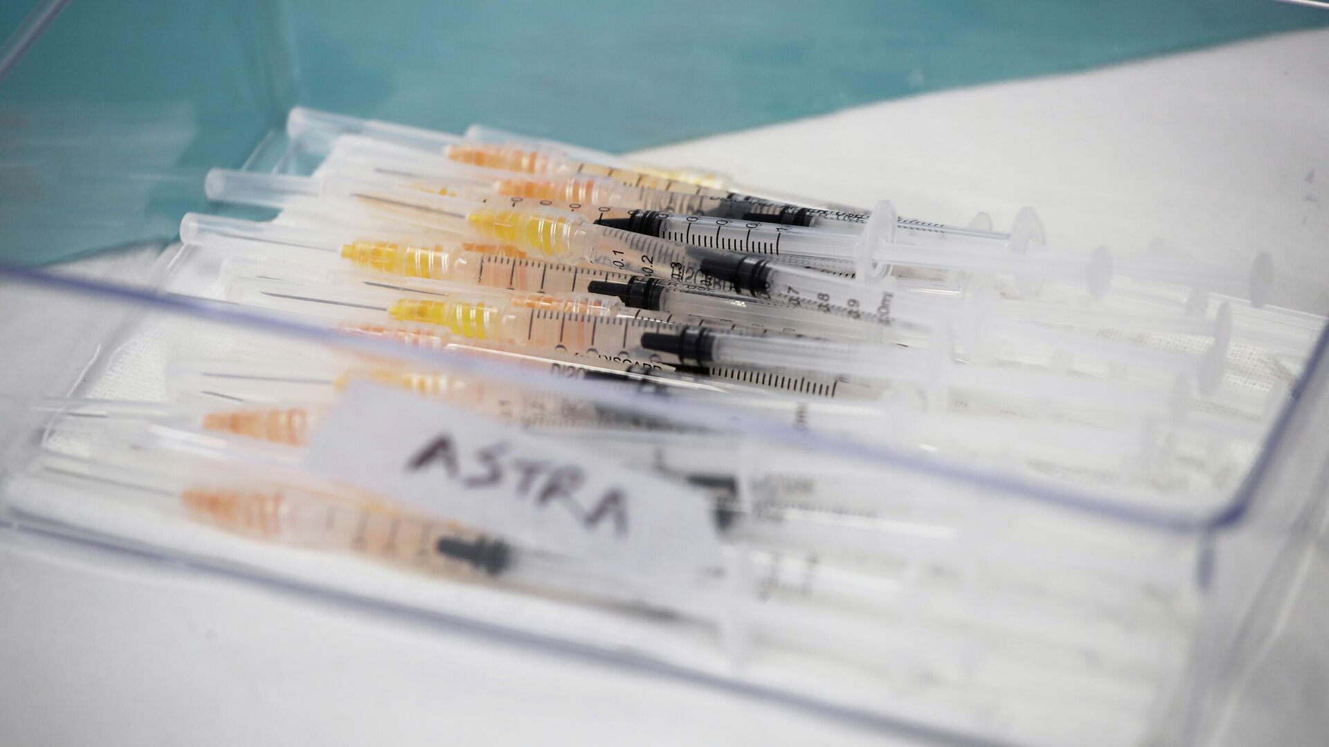 Unas jeringas con la vacuna de AstraZeneca contra COVID-19 (imagen referencial) - Sputnik Mundo, 1920, 14.04.2021