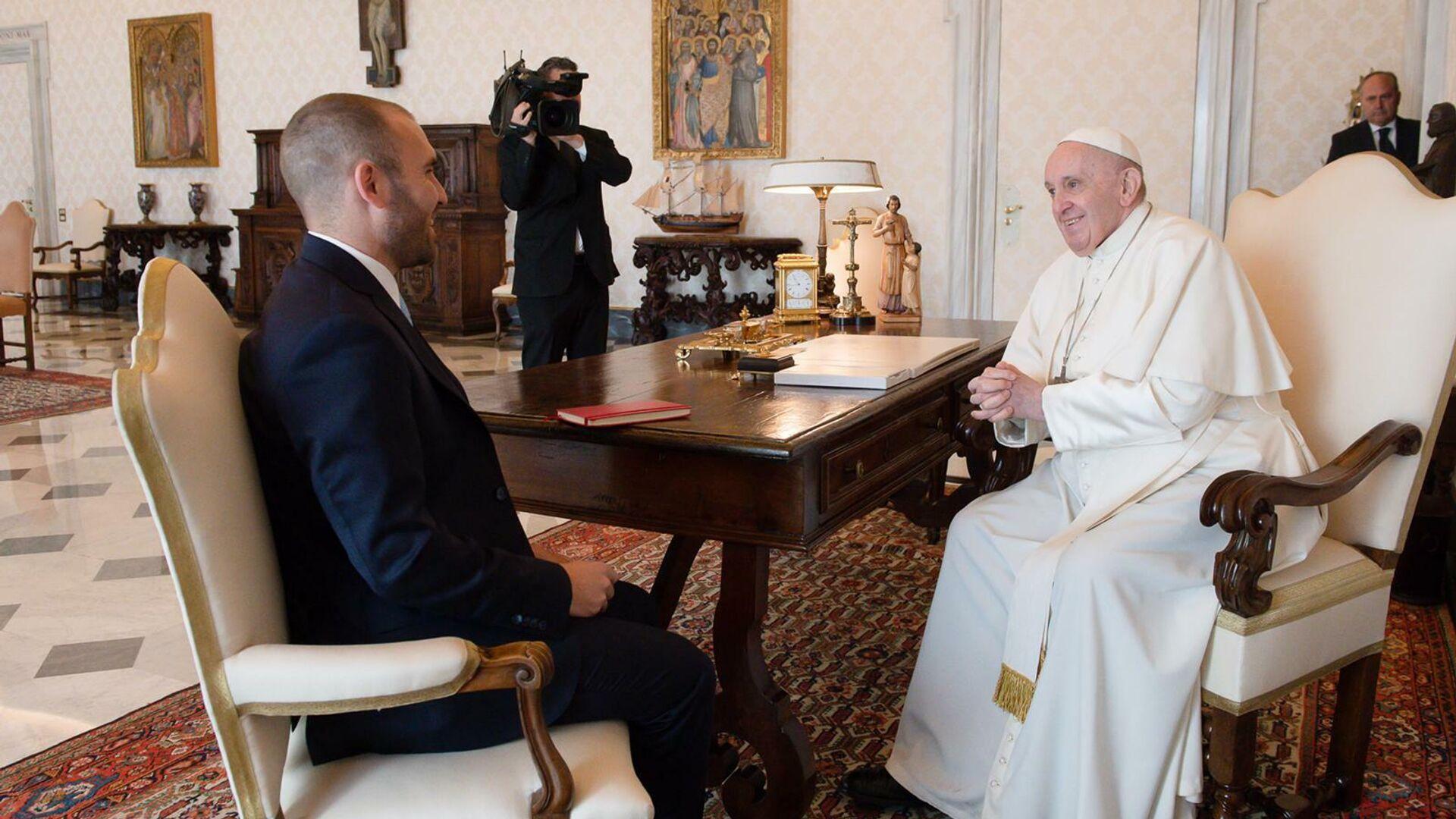 El Papa Francisco (dcha.) recibe al ministro de Economía argentino, Martín Guzmán, (izda.) - Sputnik Mundo, 1920, 14.04.2021