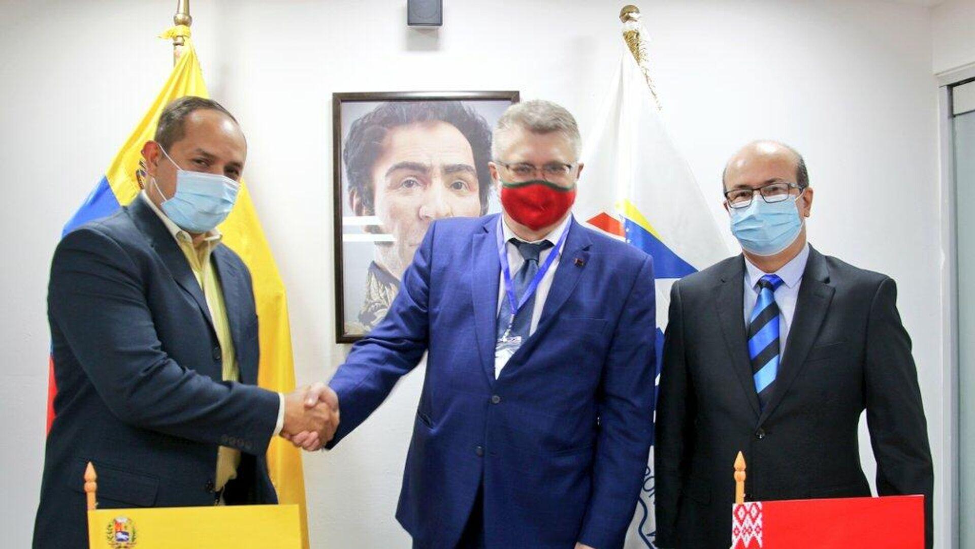 El vice ministro de Transporte de Venezuela, Ramón Velásquez, el presidente del INAC, Juan Teixeira, y el embajador de Bielorrusia en Caracas, Andréi Molchán. - Sputnik Mundo, 1920, 15.04.2021