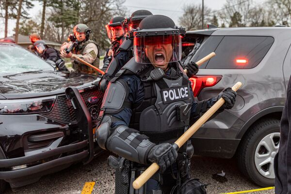Un enfrentamiento entre manifestantes y la Policía en Mineápolis (Estados Unidos), tras el asesinato del joven negro Daunte Wright por un oficial de la Policía local. - Sputnik Mundo