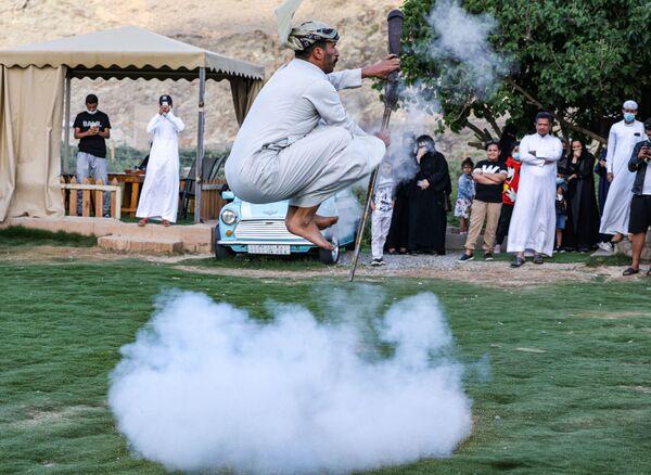 Un bailarín interpreta el Taashir, una danza tradicional del pueblo Taif, en Arabia Saudí. - Sputnik Mundo