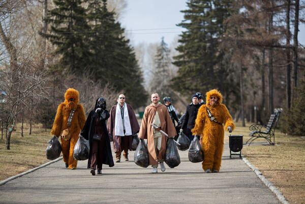 Personas disfrazadas como personajes de Star Wars participan en una campaña voluntaria de limpieza de calles en Irkutsk (Rusia) para conmemorar el 60 aniversario del primer vuelo espacial tripulado. - Sputnik Mundo